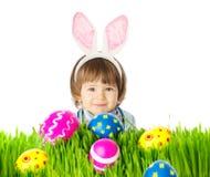 有兔宝宝耳朵和复活节彩蛋的婴孩 图库摄影