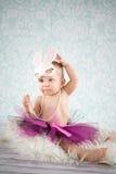 有兔宝宝耳朵和珍珠的女婴 免版税库存图片