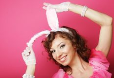 有兔宝宝耳朵的性感的妇女 花花公子金发碧眼的女人 免版税库存照片