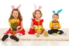 有兔宝宝耳朵的愉快的兄弟 免版税库存照片