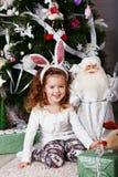 有兔宝宝耳朵的滑稽的小女孩 免版税图库摄影
