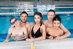 有党和喝桶的朋友在游泳池 免版税库存照片