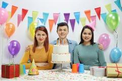 有党帽子和生日蛋糕的少年 免版税库存图片