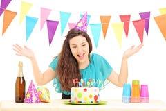 有党帽子的一位生日快乐女性打手势用她的手的 库存照片