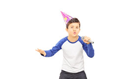有党帽子的年轻男孩唱歌在话筒的 图库摄影