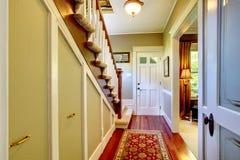 有入口前门的家庭classsic装饰走廊。 免版税库存图片
