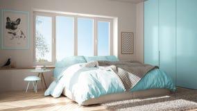 有全景窗口、毛皮地毯和人字形木条地板的,现代淡色architectu斯堪的纳维亚白色和蓝色最低纲领派卧室 免版税库存照片