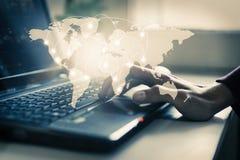 有全球性连接地图的膝上型计算机 库存照片