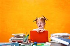 有全部的红头发人青少年的女孩书在家 美丽的夫妇跳舞射击工作室妇女年轻人 库存照片