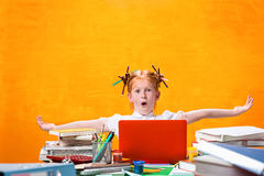 有全部的红头发人青少年的女孩书在家 美丽的夫妇跳舞射击工作室妇女年轻人 图库摄影