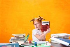 有全部的红头发人青少年的女孩书在家 美丽的夫妇跳舞射击工作室妇女年轻人 库存图片