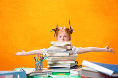 有全部的红头发人青少年的女孩书在家 美丽的夫妇跳舞射击工作室妇女年轻人 免版税库存图片