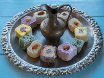 有全部的银色银器盘子土耳其快乐糖和水罐 免版税库存图片