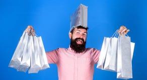 有全部购物带来的人有胡子的行家 不能抵抗折扣 黑色星期五购物 愉快的购物与 免版税库存图片