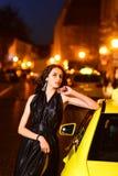 有公主的夜城市名人样式的 企业夫人时尚和秀丽  晚礼服的豪华妇女在晚上 免版税库存照片
