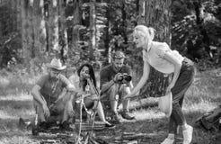 有公司的朋友远足野餐自然背景 夏天野餐 放松在零食时间的徒步旅行者 游人徒步旅行者 图库摄影