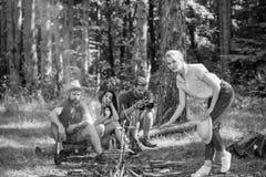 有公司的朋友远足野餐自然背景 夏天野餐 放松游人的徒步旅行者,当食用野餐快餐时 免版税图库摄影