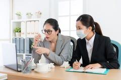 有公司经理的妇女鼻子过敏问题 免版税库存照片