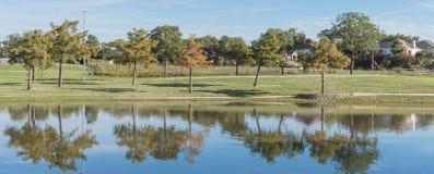 有公园和湖的全景住宅房子有在达拉斯附近的反射的 免版税库存照片