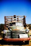 有公园标志的老卡车 图库摄影