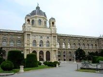 有公园的自然历史博物馆和雕塑在维也纳,奥地利 免版税库存照片