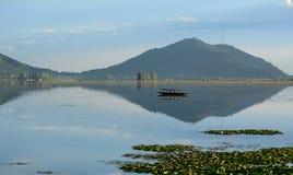 有公园的Dal湖在斯利那加,印度 免版税图库摄影