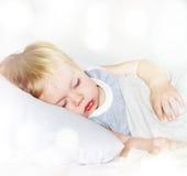 有公平的头发的小男孩 休眠 免版税库存图片