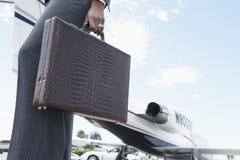 有公文包的女实业家在机场 免版税库存图片
