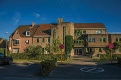 有公立学校砖瓦房的街道在日落在蒂尔特 免版税库存图片