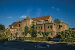 有公立学校砖瓦房的街道在日落在蒂尔特 库存图片