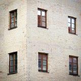 有六个窗口的老难看的东西砖墙 免版税库存图片