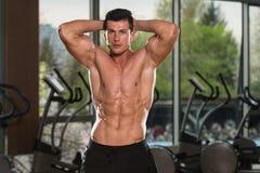 有六块肌肉的年轻人 库存图片