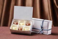 有六心形的手工制造巧克力甜点的白色箱子 免版税库存图片