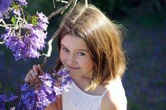 有兰花楹属植物的女孩 图库摄影