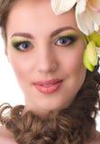 有兰花花的美丽的妇女 免版税库存照片