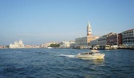 有共和国总督宫殿的威尼斯全景从重创的运河 图库摄影