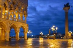 有共和国总督` s宫殿Palazzo Ducale和圣马克在晚上,威尼斯的专栏的圣马可广场 图库摄影