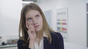有关哀伤的少女画象看起来的正装的去和照相机的,考虑她的问题关闭 股票视频