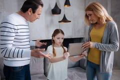 有关父母养育孩子在家 免版税库存图片