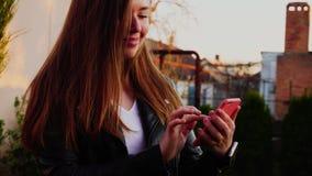有关闭的女孩手浏览由智能手机的外面 股票录像