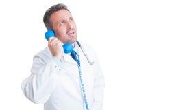 有关医生或军医谈话在电话 图库摄影