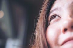 有兴高采烈的面孔和感觉的一名美丽的亚裔妇女好,秀丽时尚和生活方式 库存图片