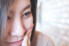 有兴高采烈的面孔和感觉的一名美丽的亚裔妇女好,秀丽时尚和生活方式 图库摄影