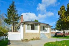有具体车道的白色砖房子在蓝天背景 免版税库存图片