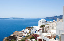 有典型白色和蓝色的Oia绘了在圣托里尼(Thera),希腊海岛上的房子  免版税库存照片