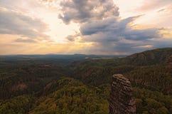 有典型的岩石峰顶的全景在雷暴下覆盖 太阳` s光芒通过密集的云彩做他们的方式 库存照片