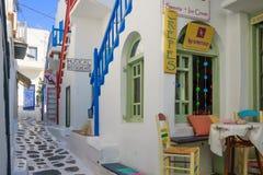 有典型的希腊房子的街道在米科诺斯 免版税库存图片