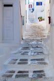 有典型的希腊房子的街道在米科诺斯 库存图片