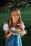 有典型的快餐的奥地利妇女 免版税库存图片