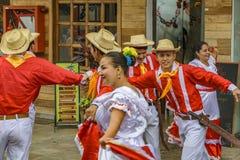 有典型的服装跳舞的人们, Bucay,厄瓜多尔 免版税库存照片
